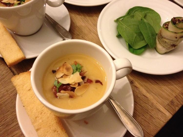Romig soepje van pastinaak met amandel en waterkers