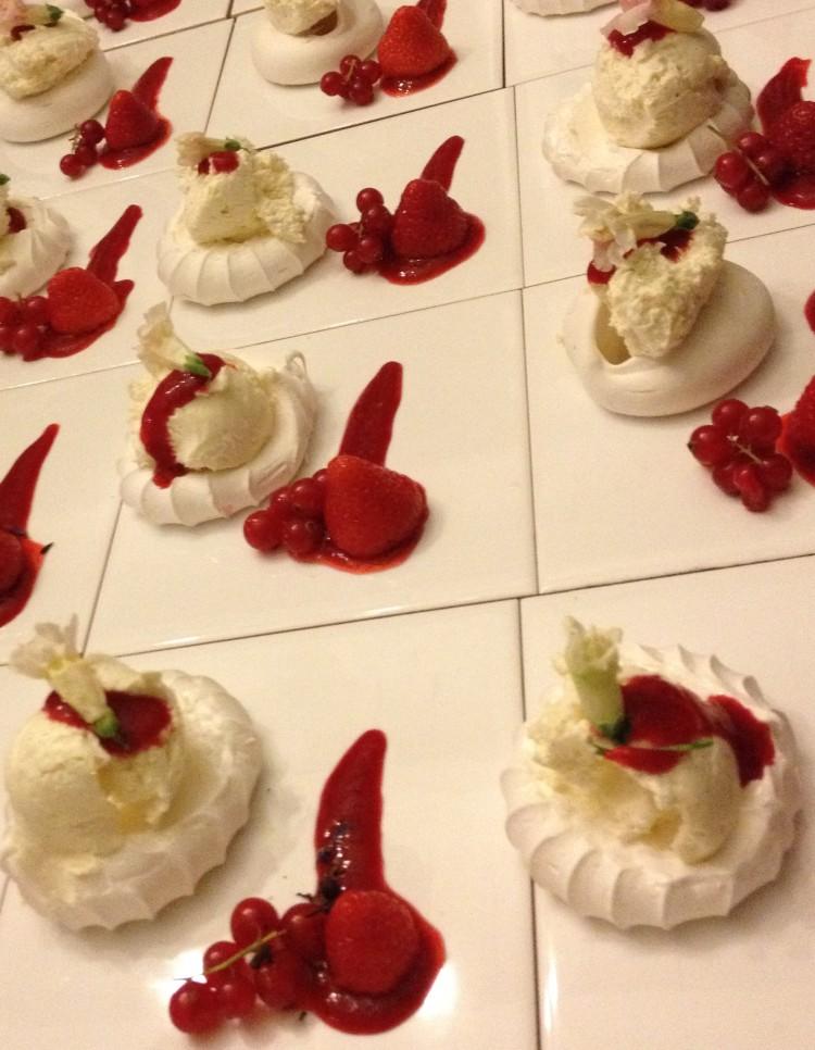 Mini Pavlova chocolade crème vanille met rood fruit